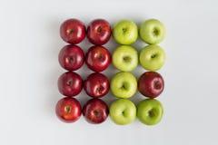 Bästa sikt av röda och gröna saftiga äpplen i rad Arkivbild