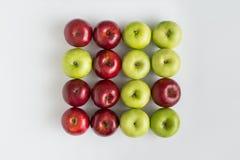 Bästa sikt av röda och gröna saftiga äpplen i rad Royaltyfri Bild