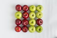 Bästa sikt av röda och gröna saftiga äpplen i rad Royaltyfri Fotografi