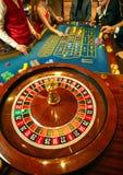 Bästa sikt av rouletten med spelare på tabellen i en kasino royaltyfri foto