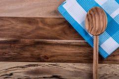 Bästa sikt av rutiga kökshanddukar på trätabellen Royaltyfri Bild