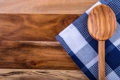Bästa sikt av rutiga kökshanddukar på trätabellen Royaltyfri Fotografi