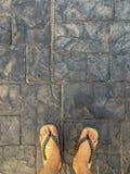 Bästa sikt av selfien av foten som bär skor för japansk stil royaltyfri foto