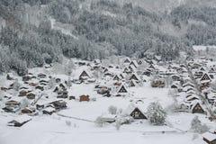 Bästa sikt av Shirakawago i vintern av Japan arkivfoton