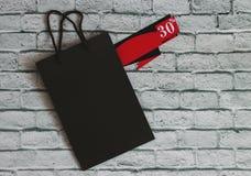 Bästa sikt av shoppingpåsen och försäljningsetiketten med fotoet för trettio procent rabattmateriel royaltyfria foton