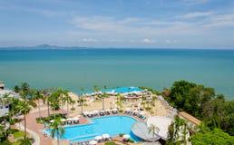 Bästa sikt av simbassänger på den tropiska stranden i lyxigt hotell Fotografering för Bildbyråer