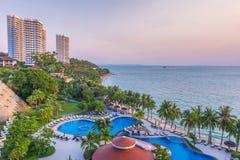 Bästa sikt av simbassänger på den tropiska stranden i lyxigt hotell Royaltyfria Foton