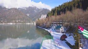 Bästa sikt av sjöhuset i bergen gem Härligt väder i vinter, ren luft, sjöhus Arkivfoto