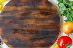 Bästa sikt av skärbrädan med pasta och grönsaker omkring med stället för din text Royaltyfria Foton