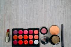 Bästa sikt av skönhetsmedel och sminkobjekt Royaltyfri Foto