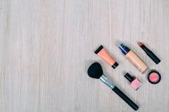 Bästa sikt av skönhetsmedel och sminkobjekt Royaltyfria Foton