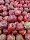 Bästa sikt av skinande djupt - rosa nya organiska granatäpplen Fotografering för Bildbyråer