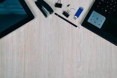 Bästa sikt av skrivbordet med grejer och apparater Royaltyfria Bilder