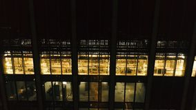 Bästa sikt av skyskrapan i Hong Kong på natten materiel Härlig sikt av den högväxta skyskrapan i den centrala affären arkivbild