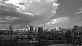 Bästa sikt av skyskraporna av Kiev mot bakgrunden av den molniga himlen arkivbild