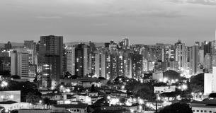 Bästa sikt av staden av Campinas på aftonen, i Brasilien, i svartvit version royaltyfri foto