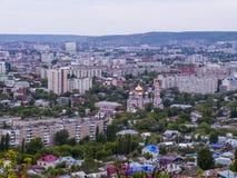 Bästa sikt av staden av Saratov, Ryssland guld- ortodoxt för kyrkliga kupoler Fotografering för Bildbyråer