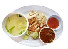 Bästa sikt av Steamed höna och stekt kyckling med isolerade ris, sås och soppa arkivfoton