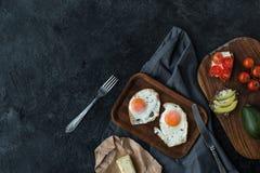 Bästa sikt av stekte ägg och sunda mellanmål för frukost Royaltyfria Bilder