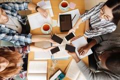 Bästa sikt av studenter som tillsammans vilar arkivfoton