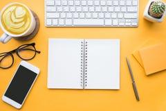 Bästa sikt av tabellen för kontorsskrivbord med modern tillbehör, tillförsel Arkivfoton