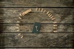 Bästa sikt av tangenten som ligger på den stängda anteckningsboken som omges av kurva två Royaltyfri Foto