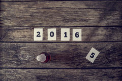 Bästa sikt av tecken 2016 och en flaska av champagne med den crystal glaen Arkivbilder