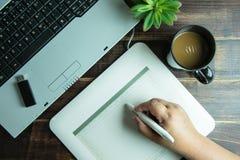Bästa sikt av teckningen för hand för grafisk design för kontorsmaterial på den mous pennan Royaltyfri Fotografi