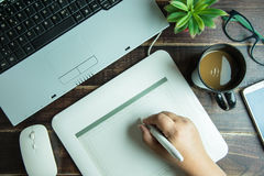 Bästa sikt av teckningen för hand för grafisk design för kontorsmaterial på den mous pennan Arkivbild