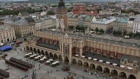 Bästa sikt av torkdukekorridoren i huvudsaklig marknadsfyrkant av Krakow lager videofilmer