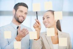 Bästa sikt av två affärsmän som dicussing något medan ett av dem som pekar graferna på papperet Arkivbilder