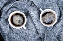 Bästa sikt av två vita koppar med kaffe och grå färghalsduken Royaltyfri Bild