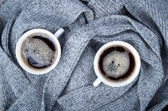 Bästa sikt av två vita koppar med varmt kaffe Royaltyfria Foton