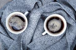 Bästa sikt av två vita koppar med varmt kaffe Fotografering för Bildbyråer