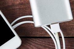 Bästa sikt av uppladdning av Smartphone med Grey Portable External Batt royaltyfria foton