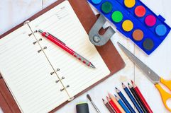 Bästa sikt av utbildnings- och affärstillförsel på vit trätabl Arkivfoton