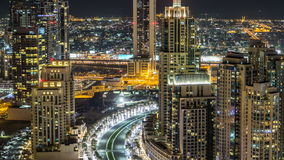 Bästa sikt av vägen i Dubai i stadens centrum timelapse med natttrafik och upplysta skyskrapor lager videofilmer