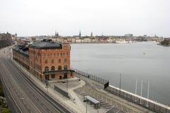 Bästa sikt av vägen, staden och vattnet i den Stockholm staden, Sverige arkivfoto