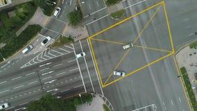 Bästa sikt av vägföreningspunkterna Tvärgator i staden, bilar kör flyg- sikt Flyg- granskning av huvudvägar av vägen lager videofilmer