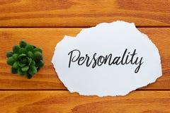 Bästa sikt av växten och papper som är skriftliga med personlighet på träbakgrund äganderätt för home tangent för affärsidé som g royaltyfria bilder