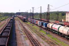 Bästa sikt av vagnen med kol och järnvägspår och drev Arkivbilder