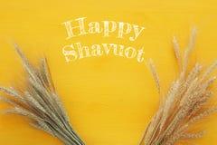 bästa sikt av veteskörden Symboler av judisk ferie - Shavuot Royaltyfri Foto