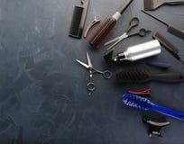 Bästa sikt av yrkesmässiga hårskänkhjälpmedel på svart bakgrund royaltyfria foton