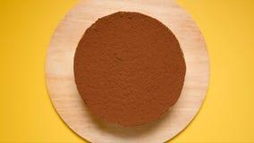 BÄSTA SIKT: Chokladkaka på en gul bakgrund Arkivfoto