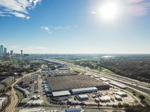 Bästa sikt Dallas Downtown från Treenighetdungar med blå himmel för moln royaltyfria bilder