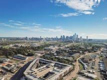 Bästa sikt Dallas Downtown från Treenighetdungar med blå himmel för moln fotografering för bildbyråer