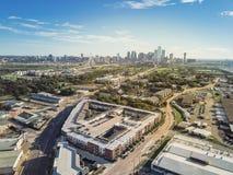 Bästa sikt Dallas Downtown från Treenighetdungar med blå himmel för moln arkivbilder
