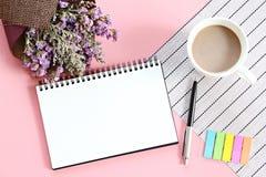 Bästa sikt eller lägenhet som är lekmanna- av öppet anteckningsbokpapper, buketten av torkade lösa blommor och kaffekoppen på skr Arkivfoto