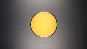 BÄSTA SIKT: Exponeringsglas med en orange fruktsaft Royaltyfri Bild