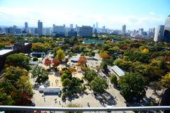 Bästa sikt för för Osaka slottOsaka slott och stad Arkivfoton
